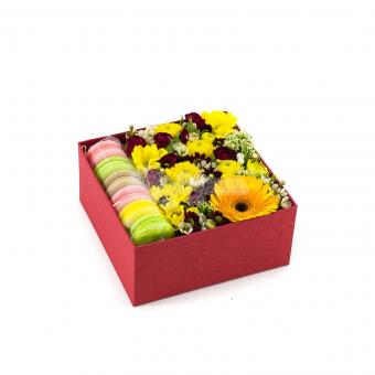 Коробочка с макаронсами и цветами