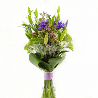Букет из лилий с ирисами и зеленью