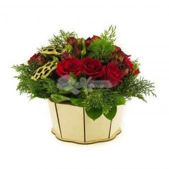 Композиция с розами и декором