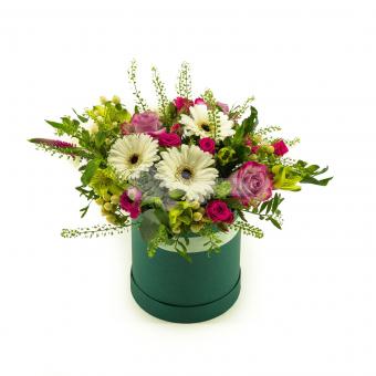 Коробочка из Гербер, роз и зелени